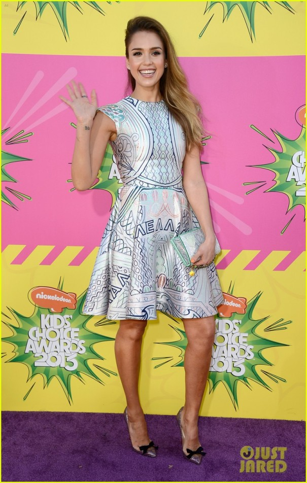 jessica-alba-kids-choice-awards-2013-red-carpet-03