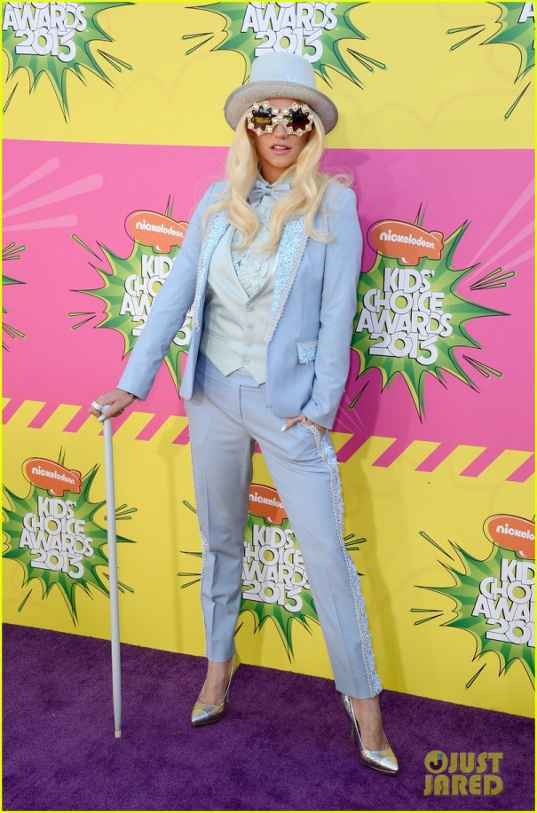 kesha-louie-sebert-kids-choice-awards-2013-red-carpet-06