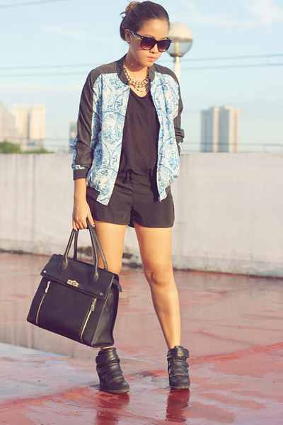 blue-porcelain-print-cotton-on-jacket-black-venetia-bag_400