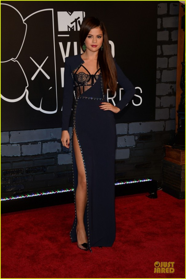 selena-gomez-wins-best-pop-video-at-vmas-2013-03