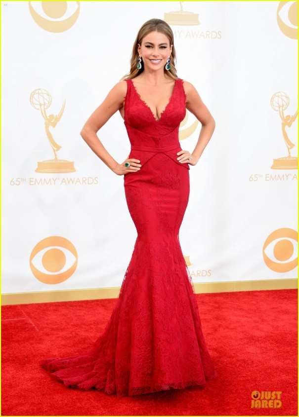sofia-vergara-julie-bowen-emmys-2013-red-carpet-07