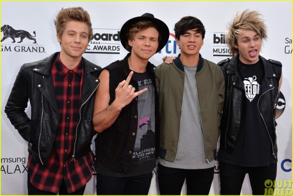 5sos-make-silly-faces-at-the-billboard-music-awards06